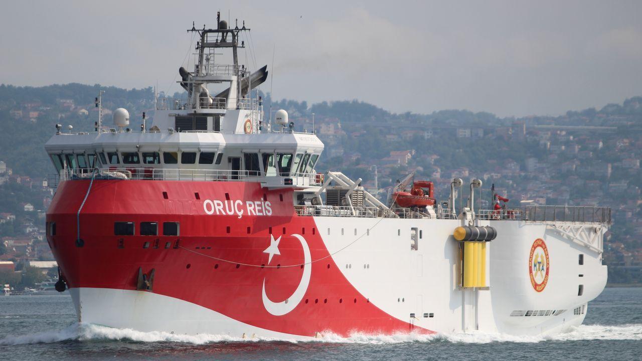 El buque turco Oruc Reis a su paso por el Bósforo el pasado dia 3