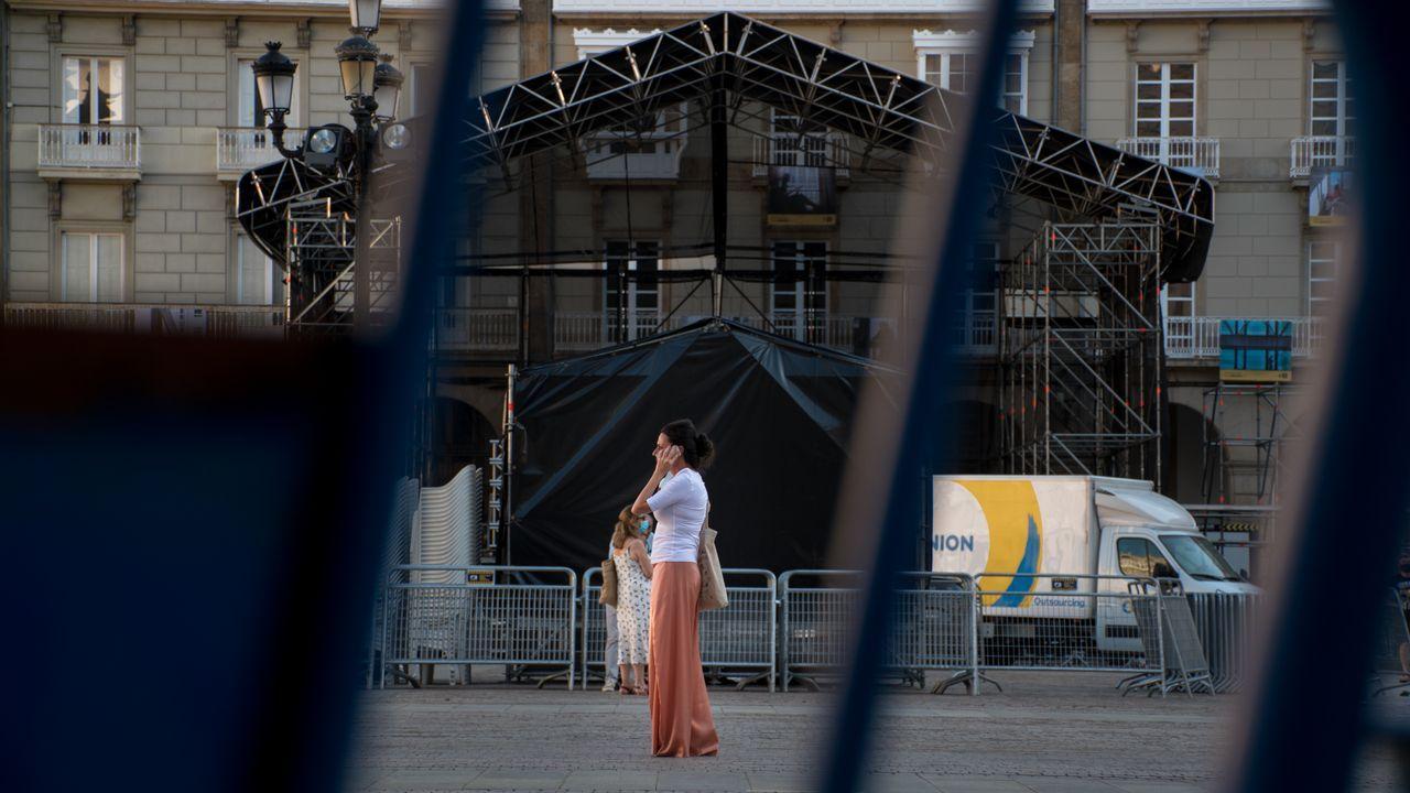Primer domingo con nuevas restricciones sanitarias en A Coruña.Una pareja, ayer a la caída del sol en el paseo marítimo de Riazor y Orzán