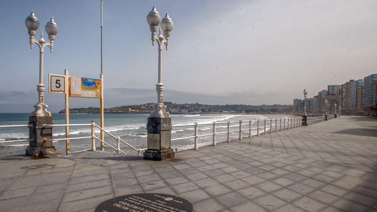Aspecto del paseo marítimo Muro de San Lorenzo, en Gijón, este miércoles, durante la cuarta jornada de estado de alarma decretado por el Gobierno