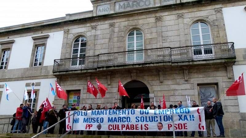 Secret Projet Revolution, el corto protesta.Los empleados de concesionarias municipales reventaron el pleno para que el Concello no empeore sus condiciones laborales.
