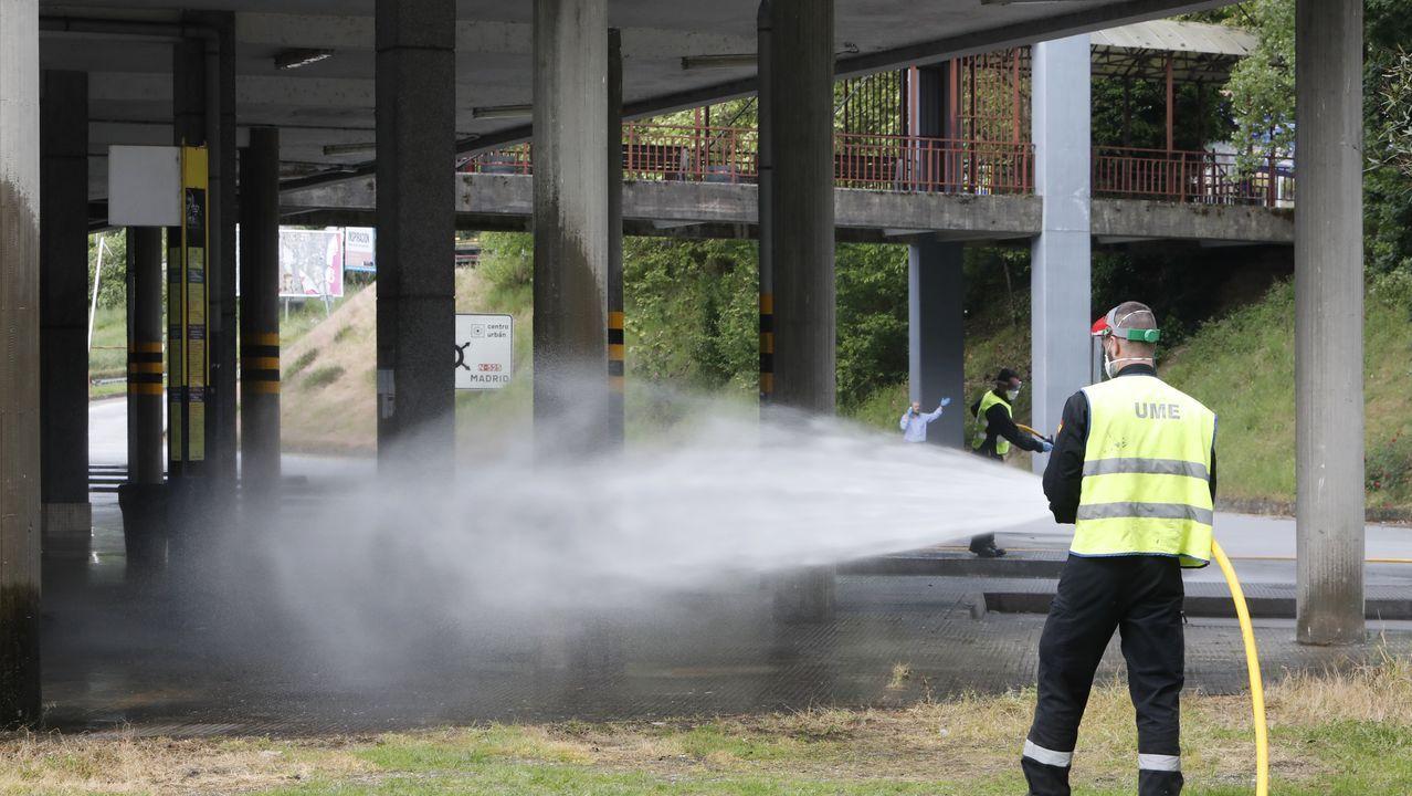 El mundo toma el pulso a la nueva realidad.Un miembro de la UME desinfectando la estación de autobuses de Ourense