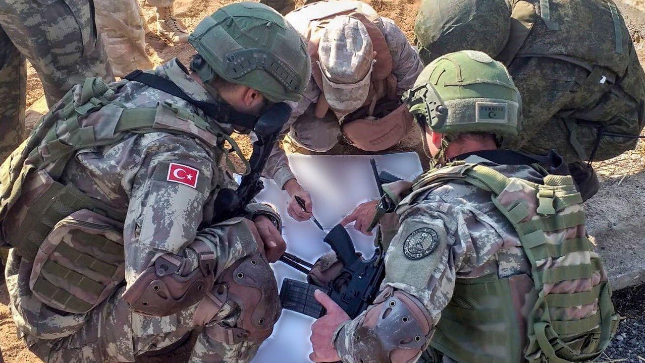 Soldados turcos y rusos repasan un mapa durante una de sus patrullas conjuntas en el norte de Siria