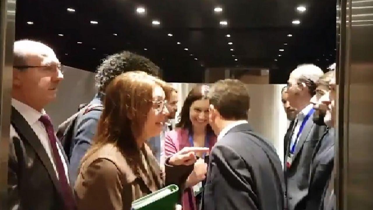 Entrevista a Ignacio Blanco (VOX).Pablo Iglesias, al fondo a la izquierda, frente a Santiago Abascal, a la derecha
