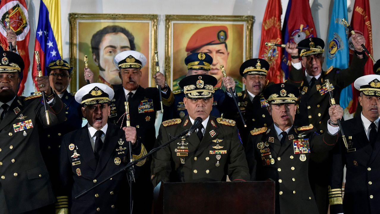 El ministro de Defensa, Vladimir Padrino, , acompañado de la cúpula militar, denunció un «golpe de Estado» en Venezuela..Miembros de la policía bolivariana en Venezuela