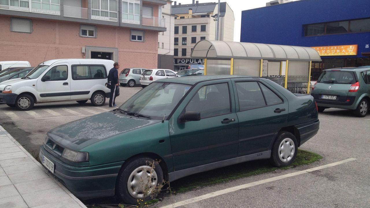 Coche abandonado en el estacionamiento de un hipermercado de Monforte, en una imagen de archivo