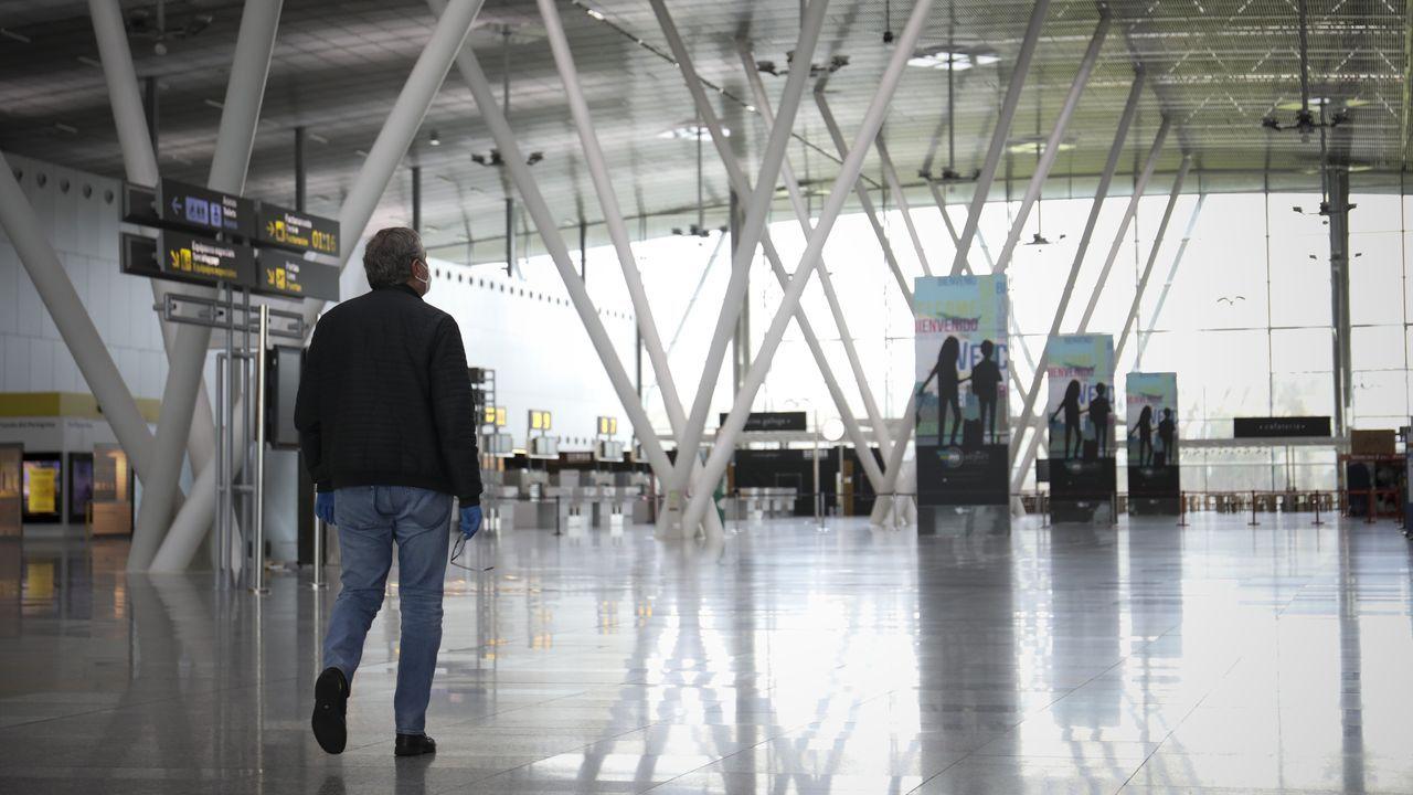 Fernando Simón desglosa los últimos datos de la crisis sanitaria.Terminal de salidas del aeropuerto de Lavacolla.