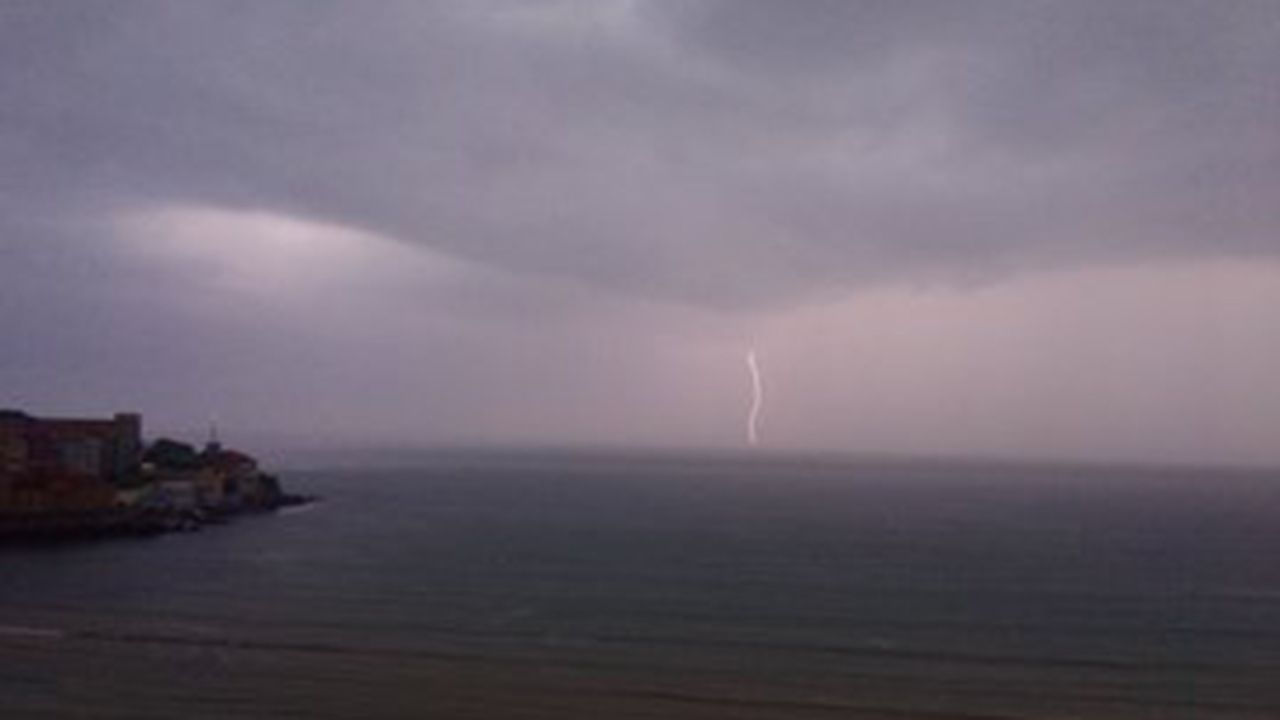 Tormenta eléctrica en Gijón