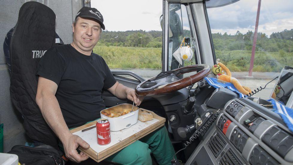 Daniel Castro, transportista, se ha hecho con un recipiente en el que puede calentar la comida casera: disfruta de ella en la cabina de su camión