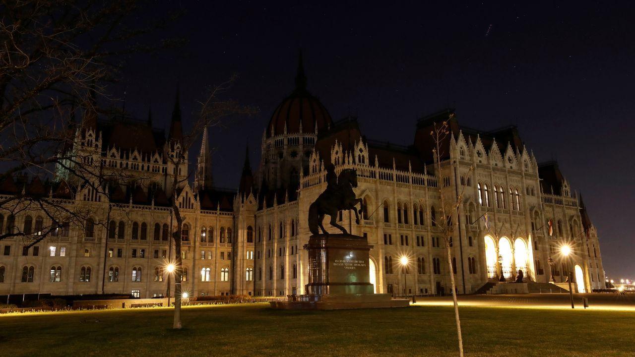 La sede del Parlamento húngaro, en Budapest, en una imagen inusual con toda la iluminación eléctrica del edificio desactivada