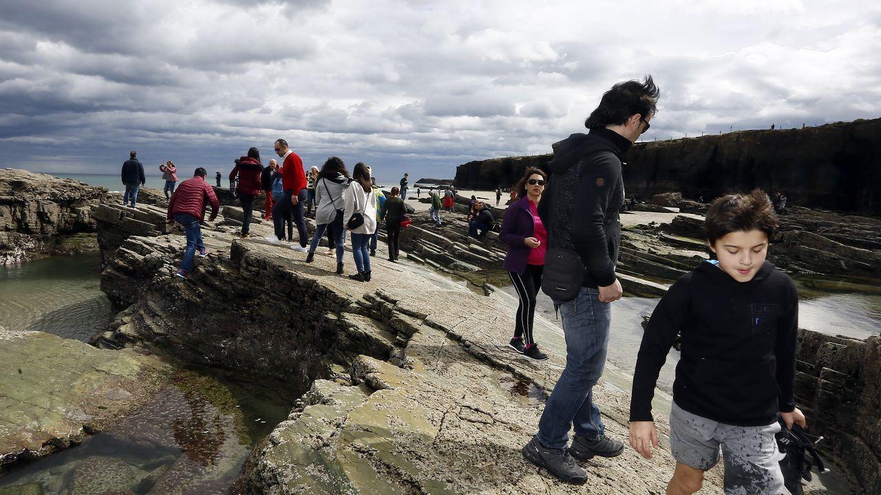 Los visitantes volvieron ayer a la playa de As Catedrais, pero no pudieron acceder a las grutas