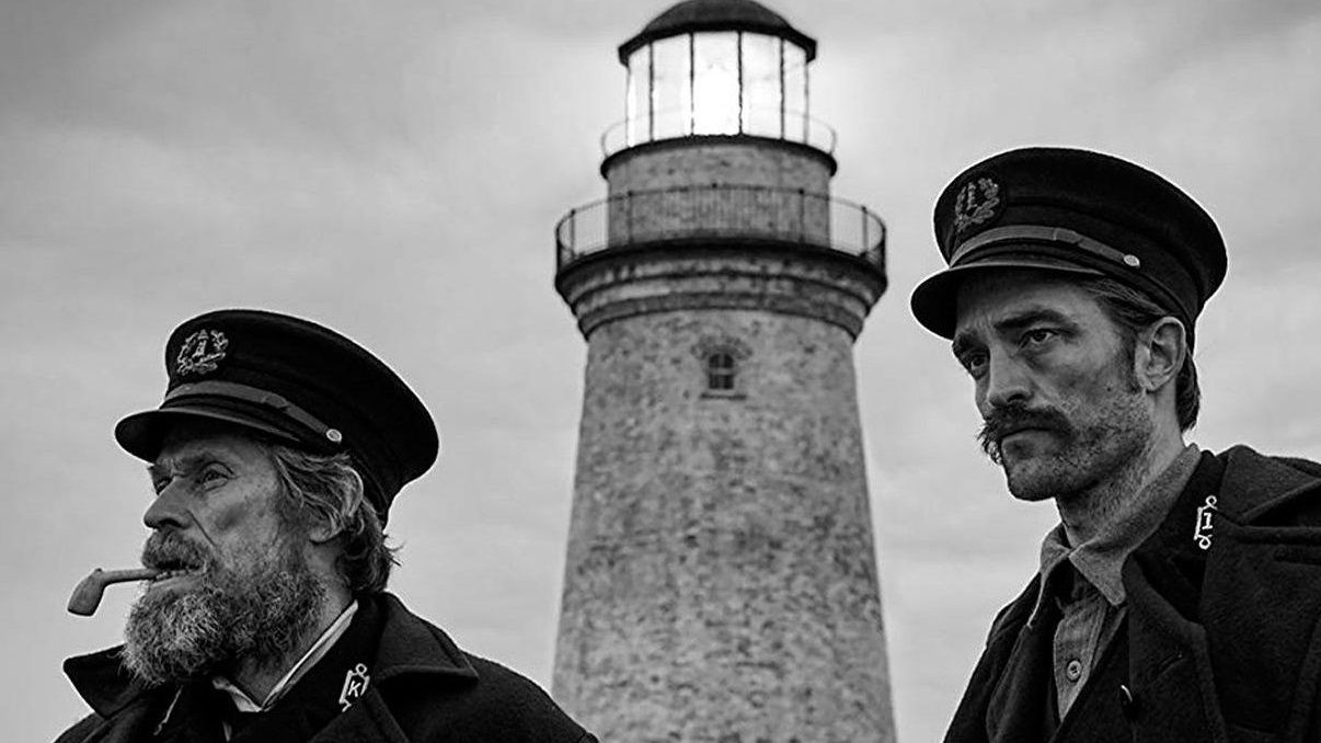 Fotograma del filme «The Lighthouse», de Robert Eggers, con Willem Dafoe y Robert Pattinson como únicos protagonistas