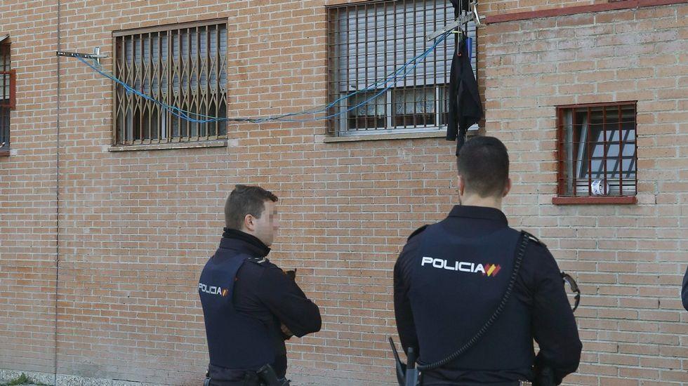 Los crímenes sin resolver de ETA.Dos agentes custodian el domicilio de una de las últimas víctimas de la violencia machista