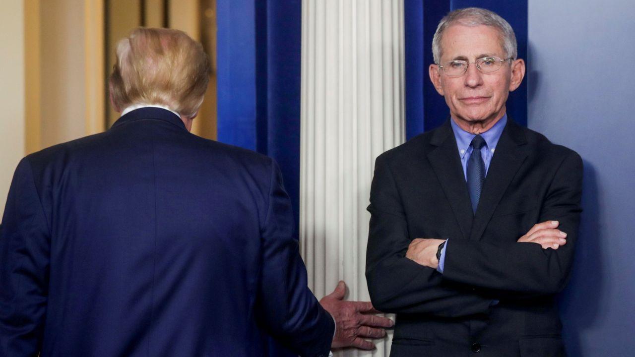 Donald Trump, de espaldas, abandona la sala de prensa de la Casa Blanca para dar paso al científico responsable de la gestión de la epidemia, Anthony Fauci