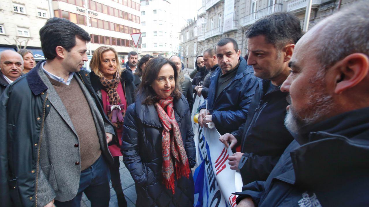 La ministra Margarita Robles habla con los funcionarios de prisiones que protestaban en un acto del PSOE