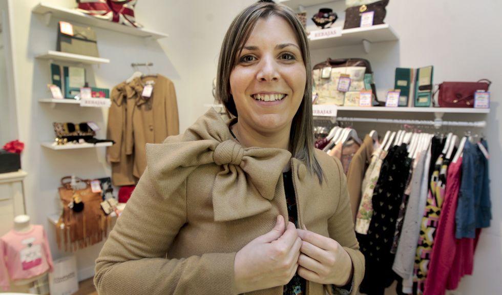 María López, con uno de los abrigos que ha diseñado para ayudarnos a vencer el frío del invierno.
