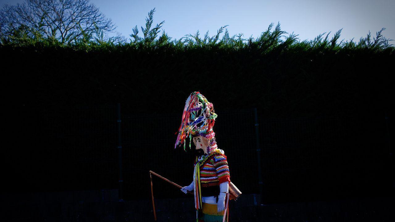 El alcalde de A Arnoia visita a los vecinos.Calles en A Coruña durante el carnaval.