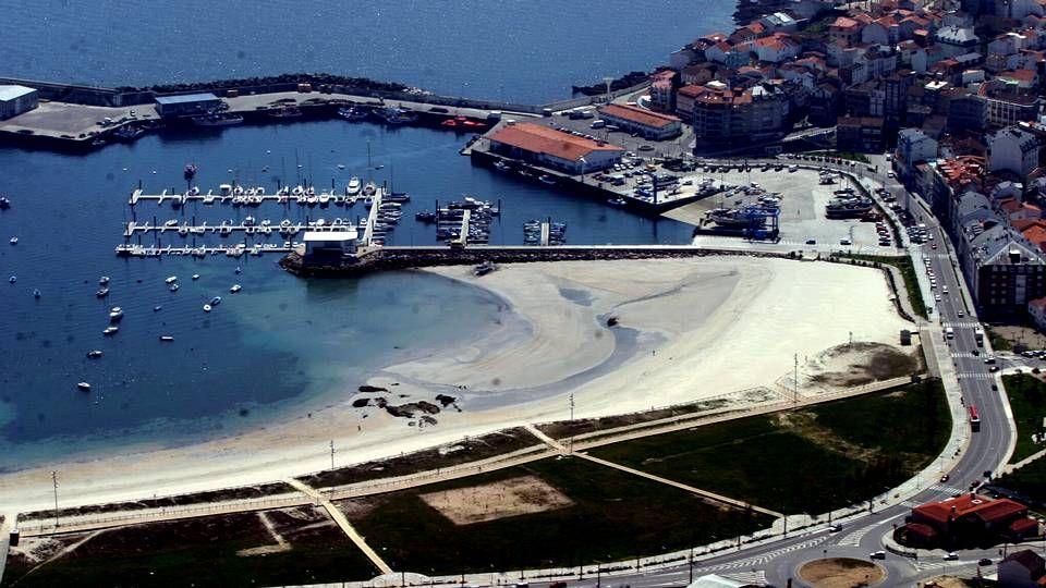 la playa de Baltar recupera este año la bandera azul, que también ondeará en el puerto deportivo de Portonovo