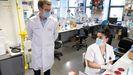 El presidente de la Xunta, Alberto Núñez Feijoo, en una visita al Laboratorio de Microbiología del Chuac