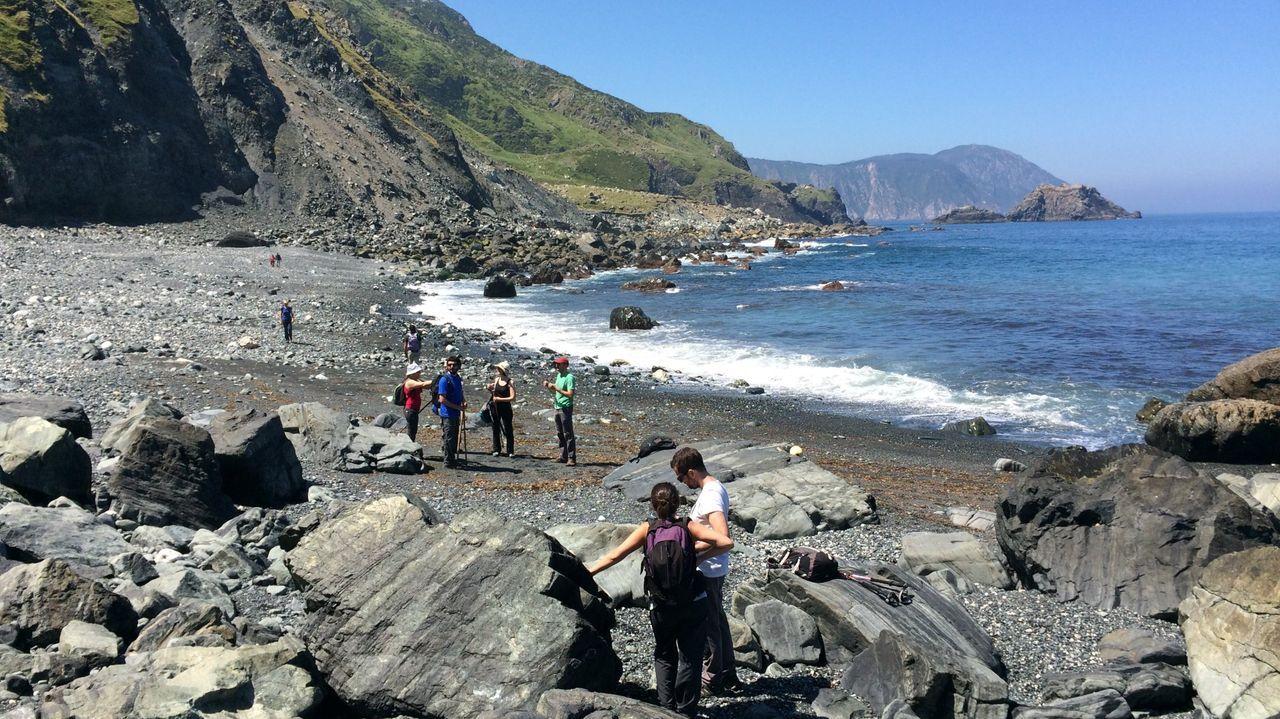 Ruta geológica en la playa de Teixidelo, única con arena negra no volcánica