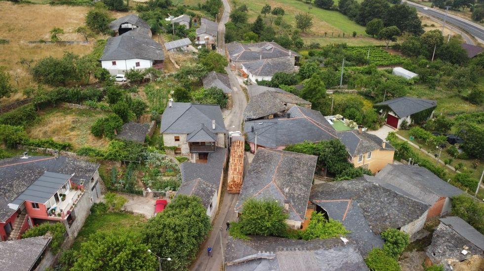 Uno de los camiones perdidos ayer en Abrence trata de pasar entre las casas, en una imagen captada desde un dron