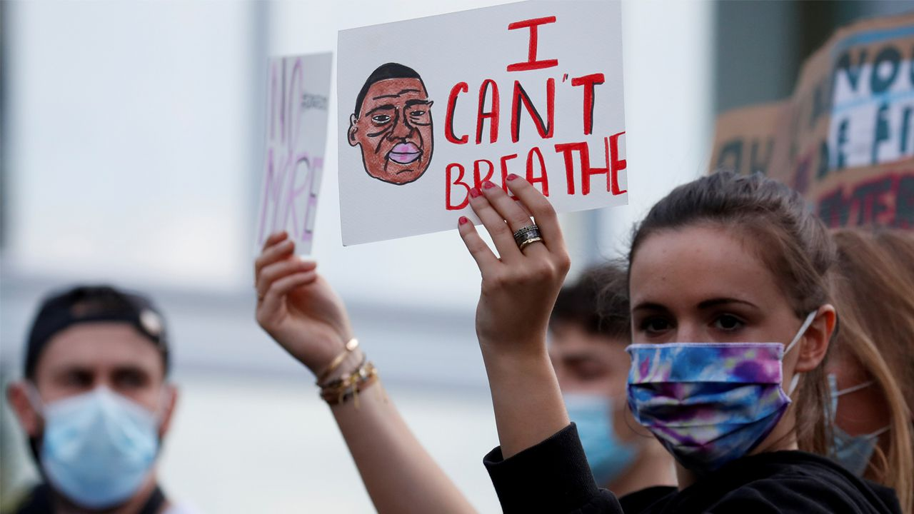 Las imágenes de la pandemia en el mundo.Una manifestante sostiene en París un cartel en el que se lee la frase de George Floyd cuando estaba en el suelo: «No puedo respirar»