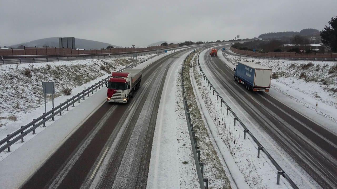 La nieve causa problemas en la red viaria