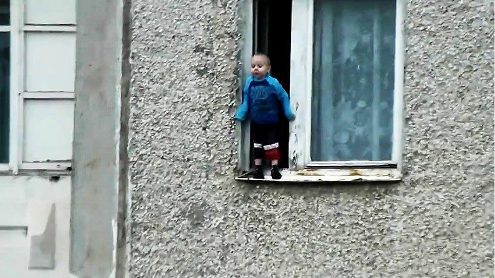 Jugando en el alféizar de una ventana abierta.Imagen de una de las últimas películas sobre Caperucita
