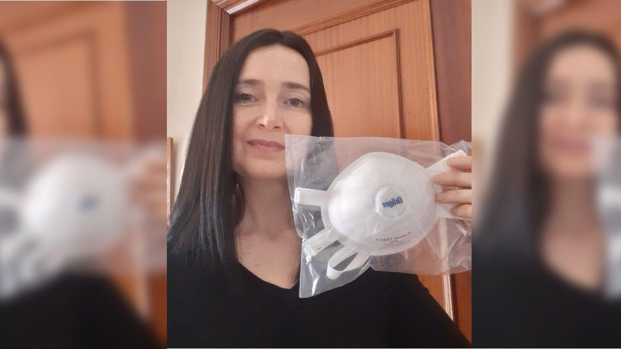 Mirella López con la mascarilla que recibió este miércoles por la mañana