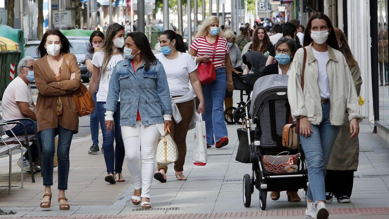 Las calles de Pontevedra se pusieron hasta los topes de viandantes, cada uno con su mascarilla