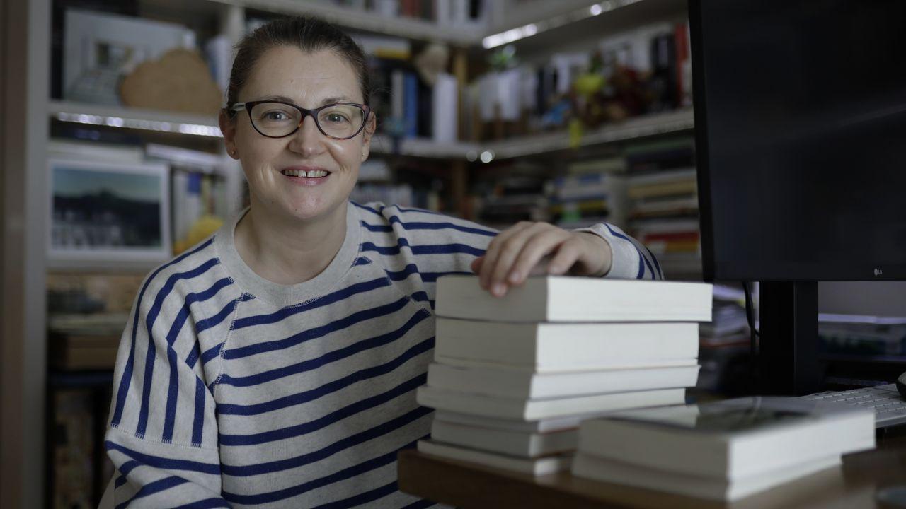 lorena.Alba, retratada en la oficina de Ant the label, en la calle Sartaña. Allí prepara los pedidos, tiene su máquina de coser y también un set en el que se toman las fotos de la web. Ahora quiere ampliar la colección con prendas para todas las edades, no solo de estilo juvenil, y desde hace poco también hace diseños a medida