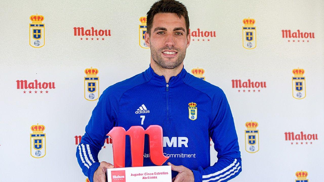 Diegui Johannesson, con el premio de mejor jugador de abril en el Oviedo