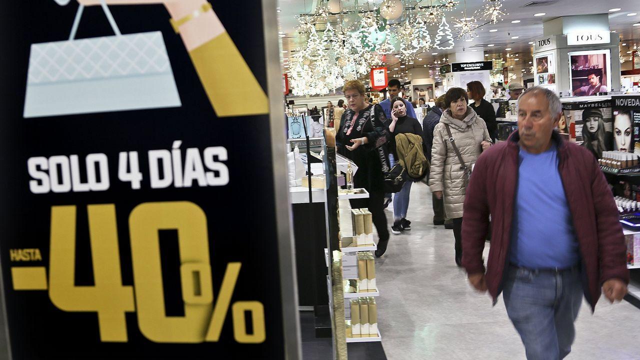 Un hombre pasa junto a un cartel que anuncia el «black friday»