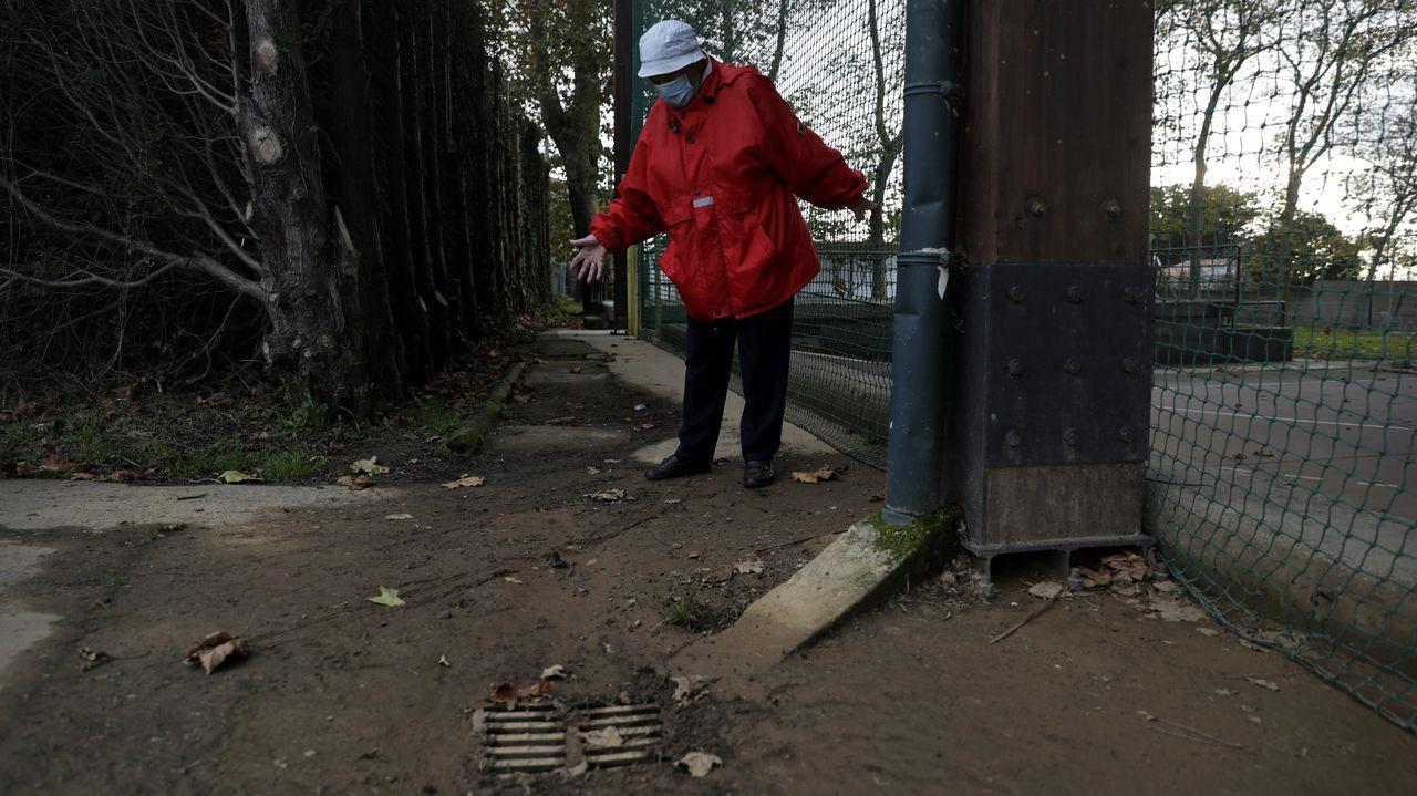 Dolores, en el barro que impide el acceso a los vecinos hasta la Casa do Pobo de Lorbé