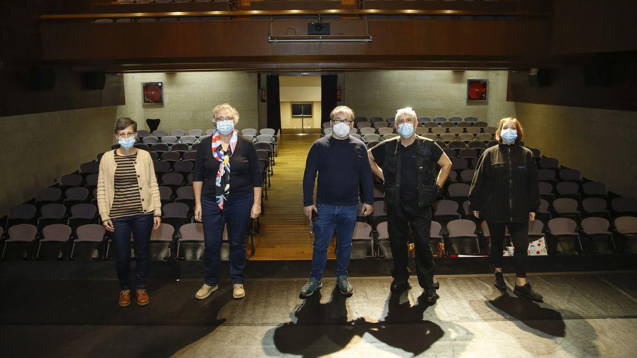 Marta Blanco, Manuela Domínguez, Fran Veiga, Elixio Vieites e María José Cabado son parte do equipo de traballadores que durante as últimas décadas dan vida ao Salón Teatro, que, aínda que cambiou na súa estrutura nestes cen anos, mantén os seus sinais de identidade