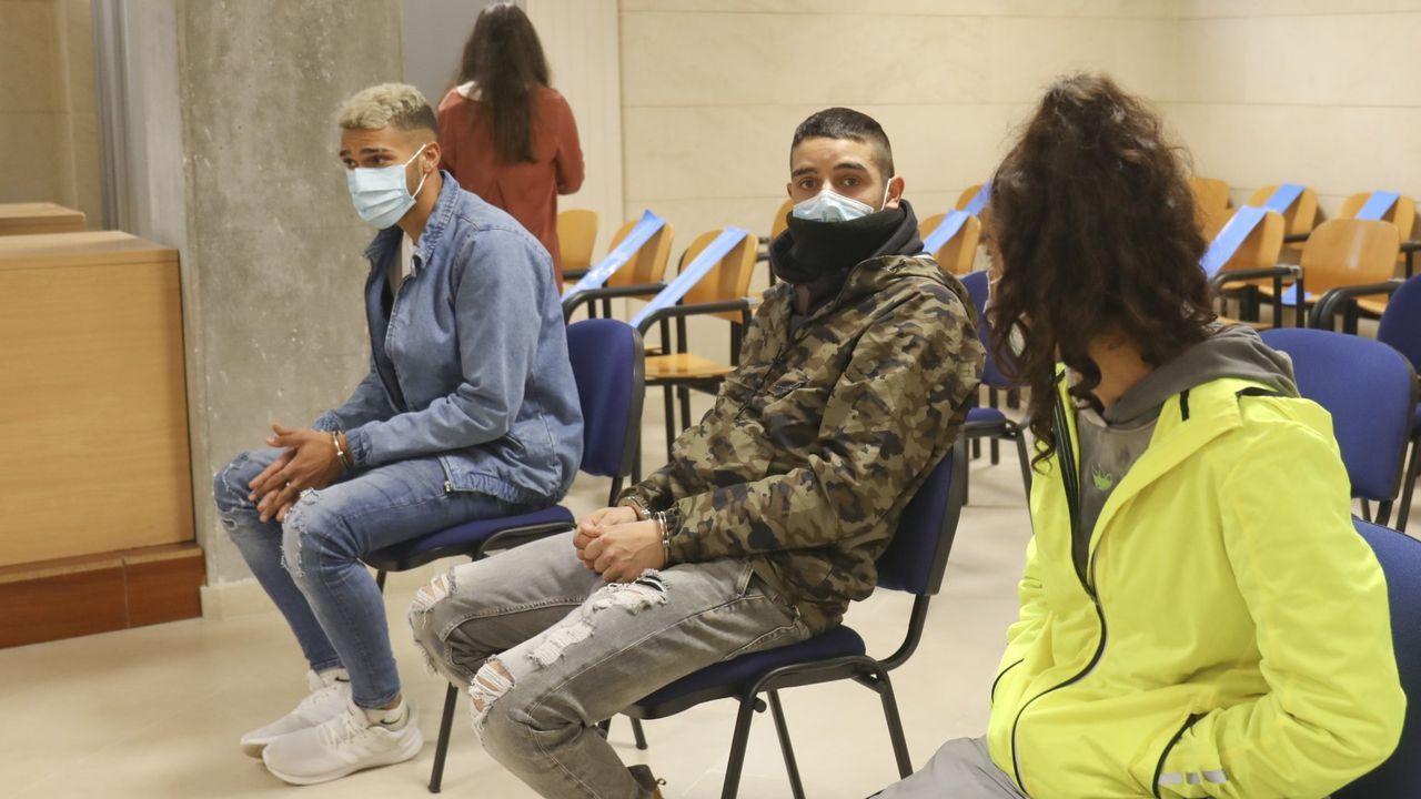 Samuel Jiménez, en el centro, junto a su hermana Estefanía y al que fue su novio, Christian Barrul, durante el juicio contra los tres en la Audiencia de Santiago