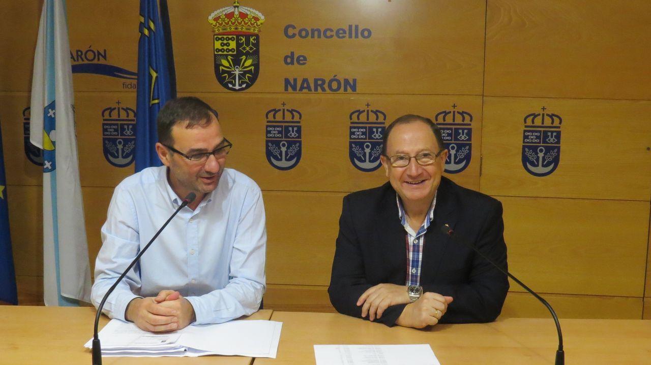 «O diálogo é a clave da estabilidade política que ten o Concello de Narón».Efectivos policiales hablando con vecinos de la zona durante la investigación del caso.
