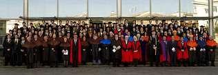 Una nueva promoción de alumnos de Cesuga, con los profesores y responsables del centro durante el acto de graduación.