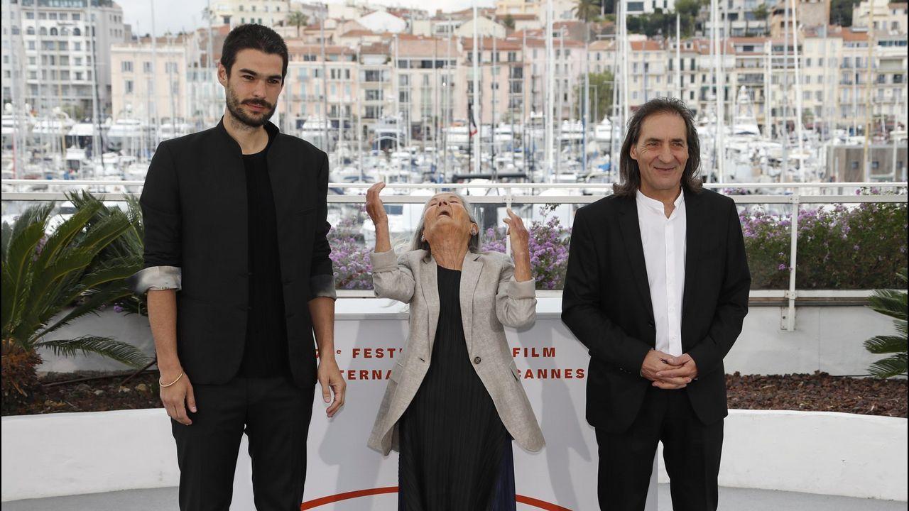 Oliver Laxe, á esquerda, cos intérpretes do seu filme, Benedicta Sánchez e Amador Arias