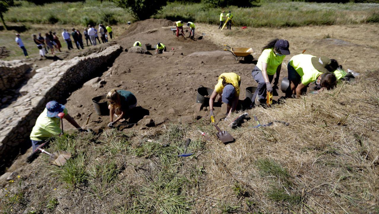 Alumnos del máster de arqueología de la USC hacen prácticas en el castro de Elviña.Os investigadores do Centro de Investigación TIC (CITIC) da UDC Marcos Ortega e Jorge Novo