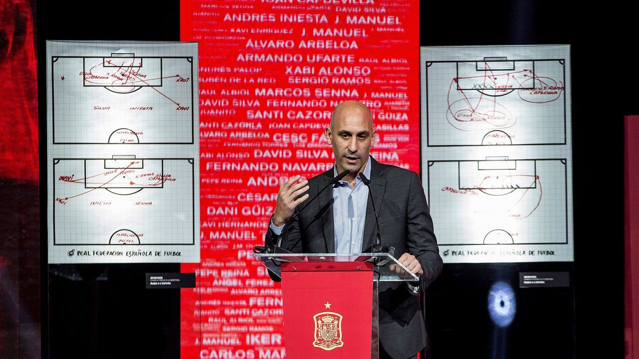 Tebas sobre la llamada de Florentino a Rubiales: «No me parece bien que llame».Pelayo celebra un gol con el Real Oviedo en el Carlos Tartiere