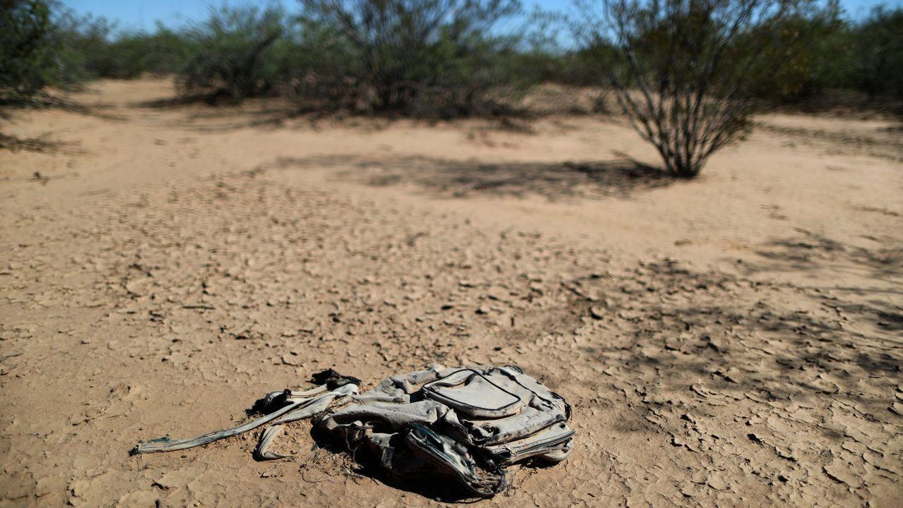 Restos de la mochila de un migrante en una zona desértica de Arizona