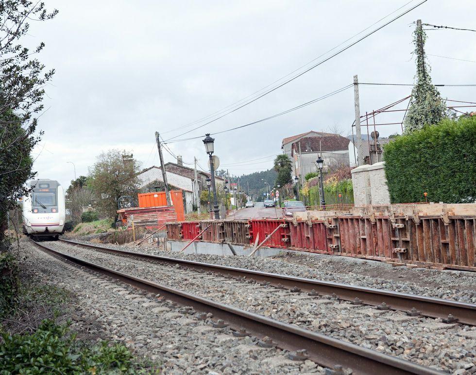 La construcción del muro tapa el acceso a la vía del tren.