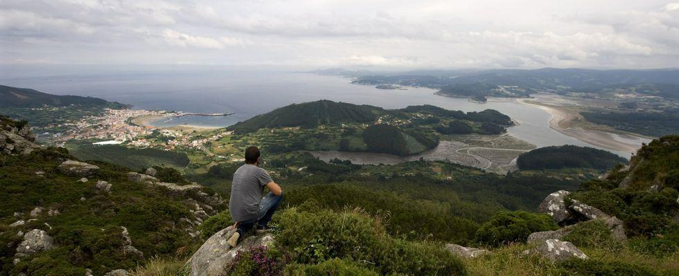 El experto Luis Cuba, el pasado viernes recolectando hongos en el monte Caxado.