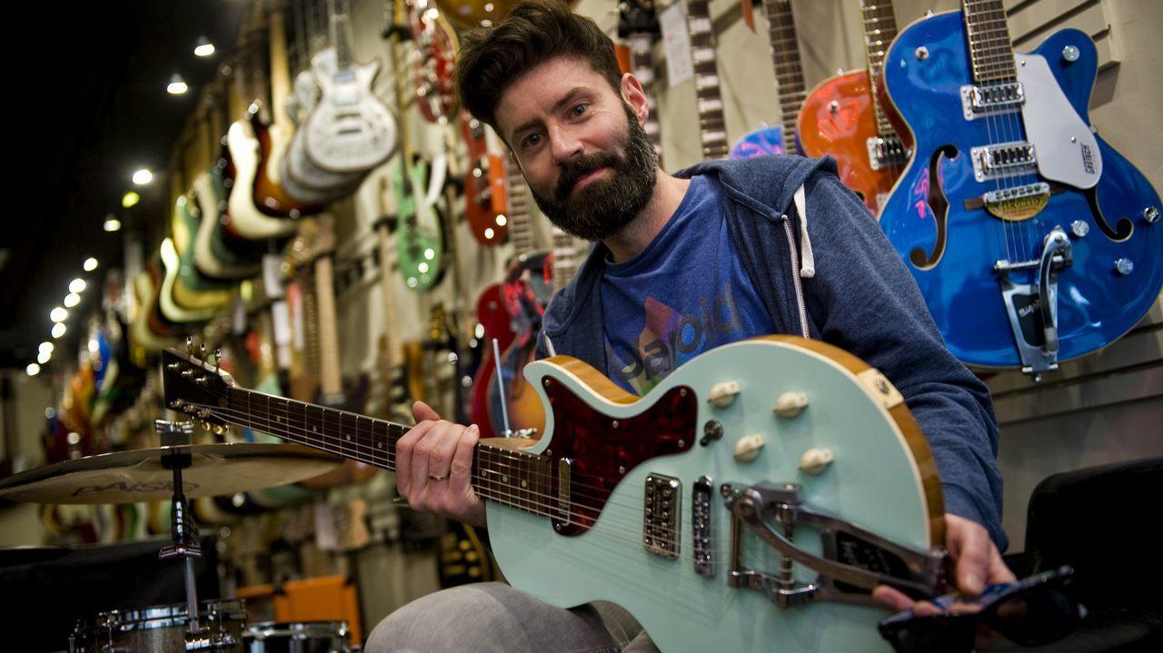 «Singularity», el primer sencillo del álbum de debut de Staytons.Fran Borrego, dueño de la tienda Rockbox de A Coruña, con decenas de guitarras eléctricas a sus espaldas