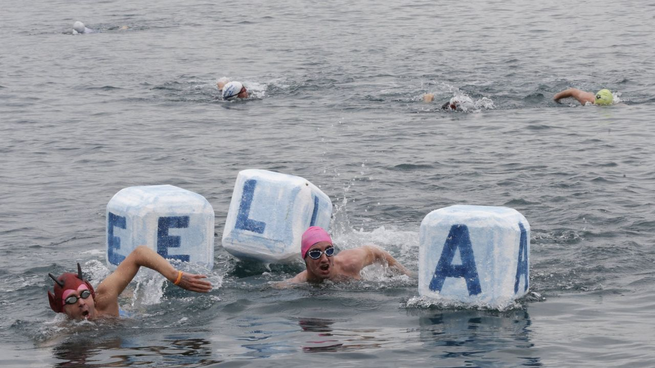 Travesía a nado en A Coruña para visibilizar la ELA
