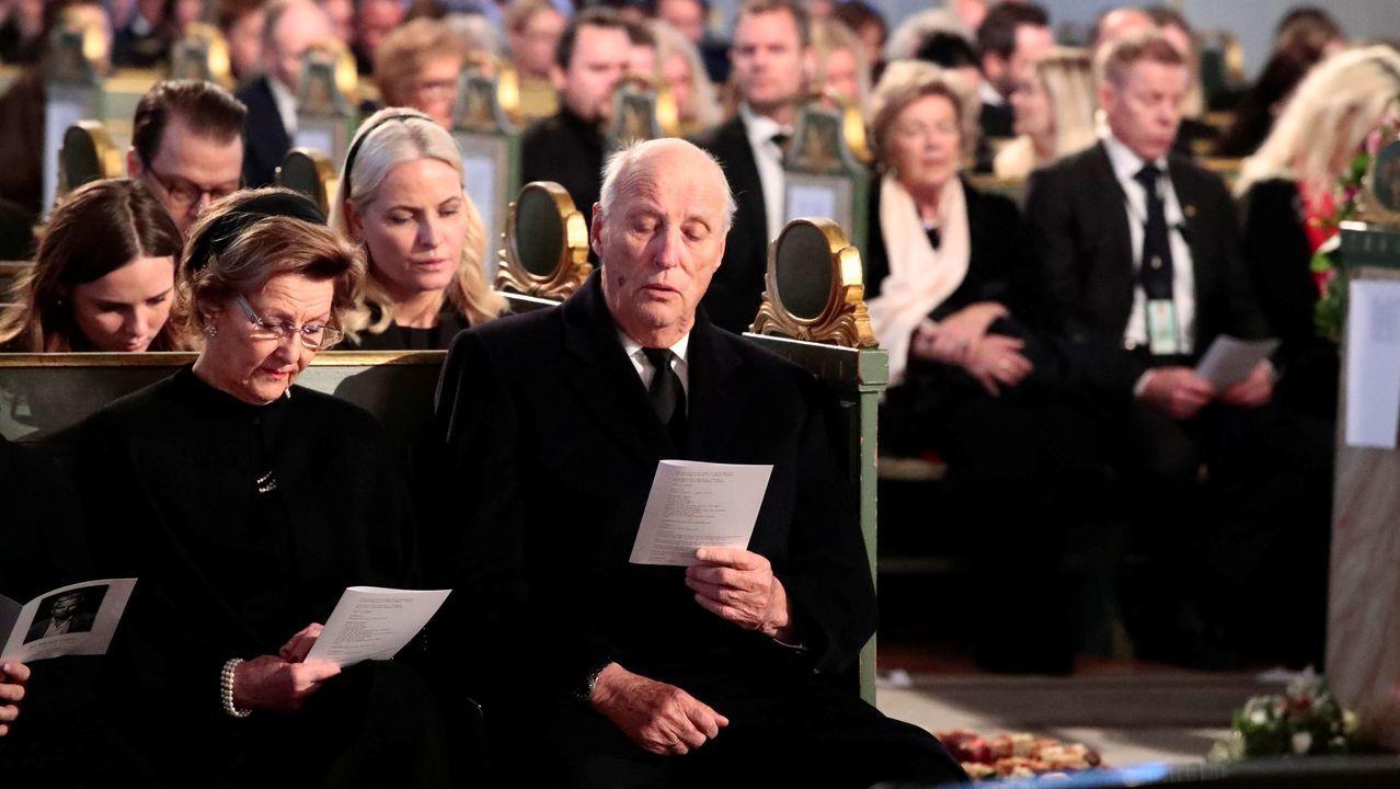 La princesa Ingrid Alexandra, la reina Sonia, la princesa Mette-Marit y el rey Harald, en el funeral.
