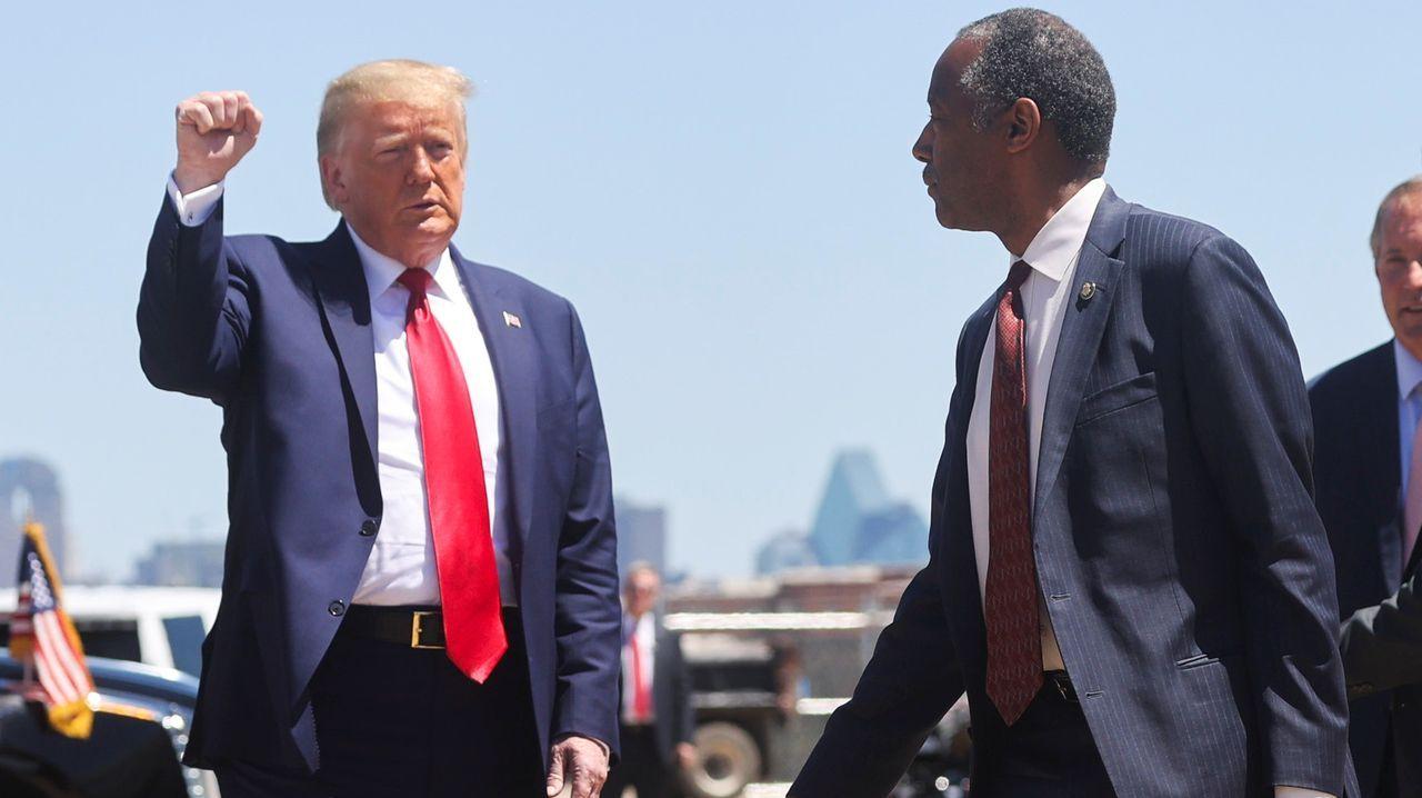 Donald Trump alza el puño ante el responsable de Vivienda de su Gobierno, el afroamericano Ben Carson, ayer, en Dallas