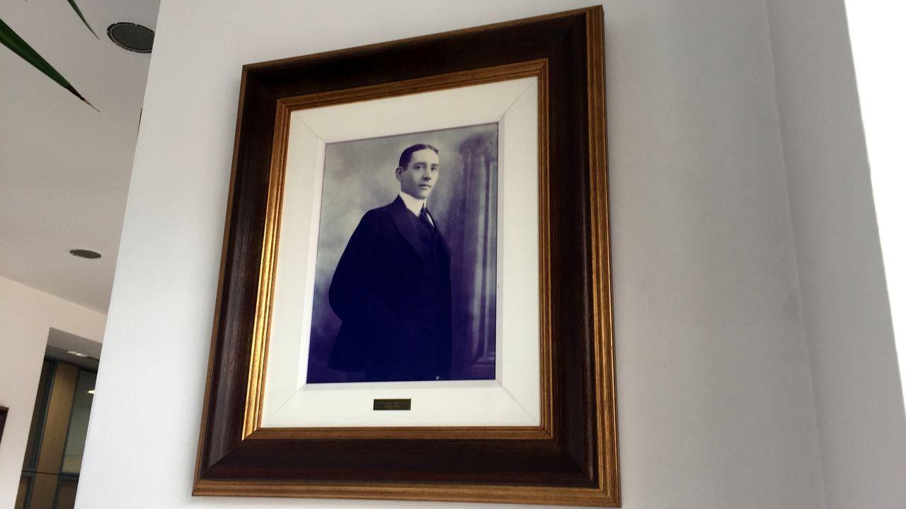 Simón Venzal toma posesión como jefe de la comandancia de la Guardia Civil de Pontevedra.Una fotografía de Rosendo Vila en la galería de retratos de antiguos alcaldes de la casa consistorial de Monforte
