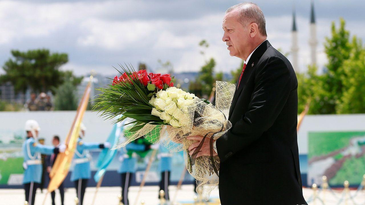 Recep Tayyip Erdogan coloca una corona de flores en el monumento a las víctimas del intento de golpe de Estado de hace tres años en Turquía