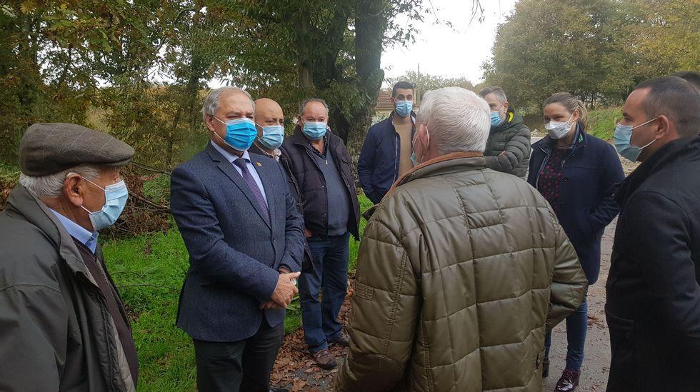 ¿Cómo podrá salir reforzado de la pandemia el sector del vino en Galicia?.Tomé departió con los vecinos en su visita para inspeccionar las obras